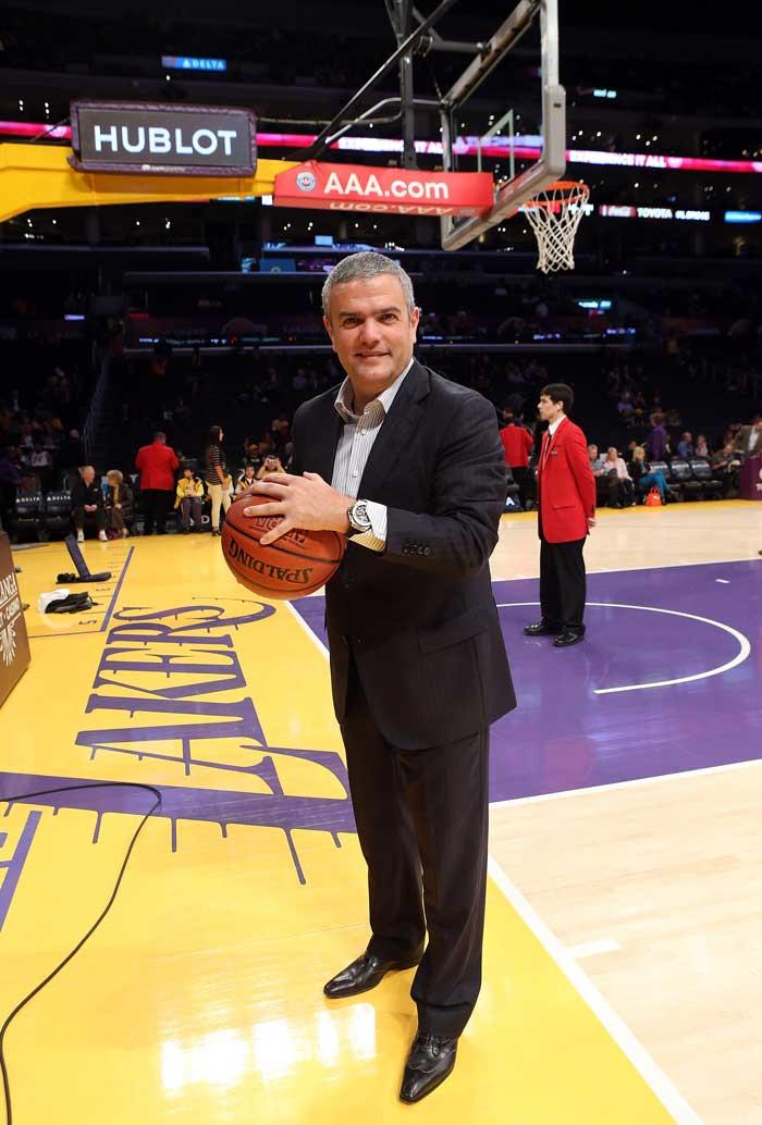 Ricardo Guadalupe, CEO de Hublot, celebra el acuerdo en la duela del Staples Center de Los Ángeles