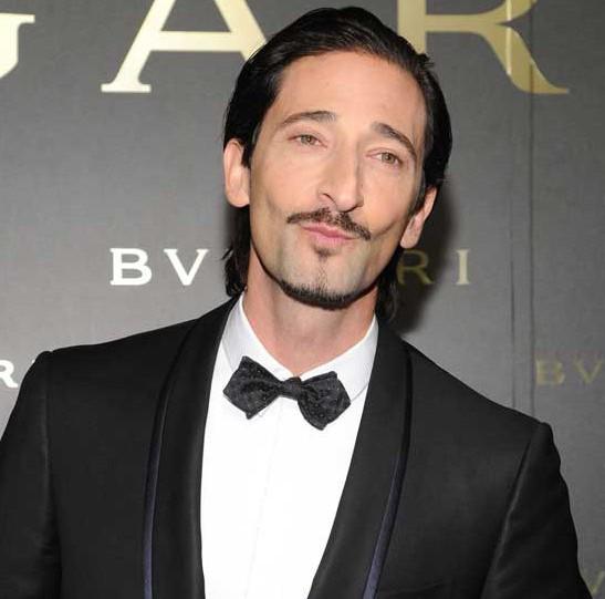 Adrien Brody flamante embajador de Bvlgari, porta el Octo de oro rosa.