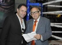Don Mauricio Berger y Sergio Berger, momentos antes de que el presentador de boxeo Jimmy Lennon, anunciara dicho acuerdo.