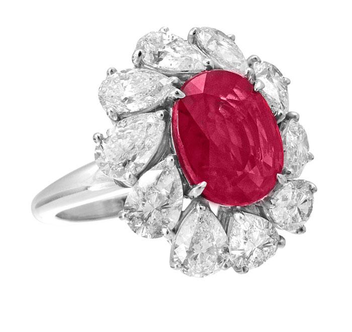 Anillo de rubí oval y diamantes gota