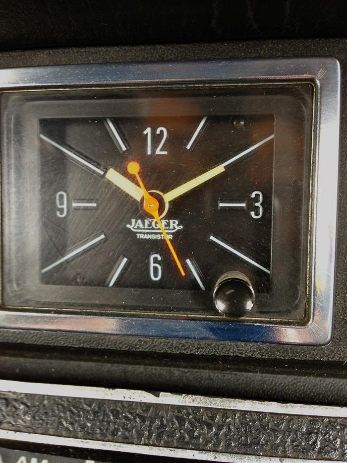 Reloj Jaeger dispuesto en el tablero de un Renault 17 modelo 1974, propiedad de Lorenzo Sendra