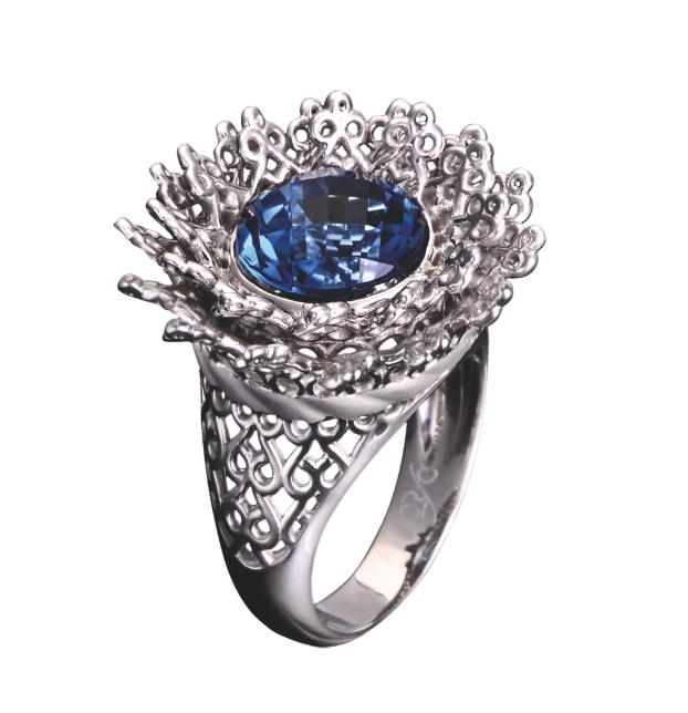 Anillo Reina maxi en oro blanco diamantes y topacio azul.