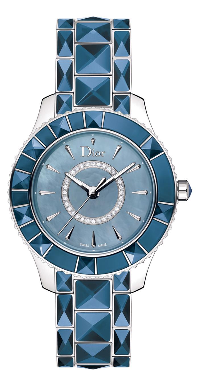 Dior Christal // Movimiento: cuarzo / Caja:33 mm de  acero inoxidable / Cristal: zafiro / Bisel: giratorio engastado con cortes piramidales de zafiro / Carátula: madreperla color azul; anillo central de diamantes; marcadores luminiscentes / Agujas: luminiscentes para horas y minutos / Funciones: horas, minutos y segundos / Brazalete: zafiros engastados con corte piramidal / Hermeticidad: 50 metros.