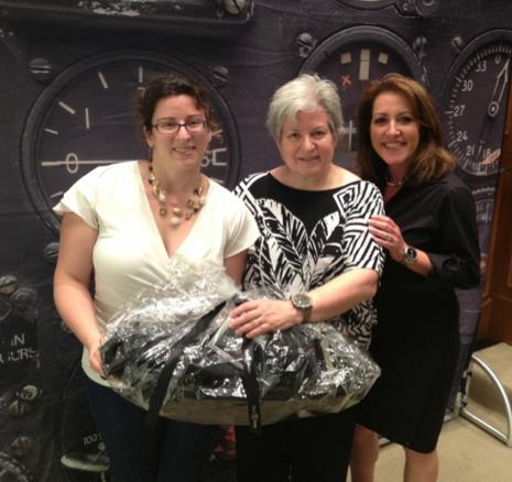 Linda Robinson y su hija, acreedoras a un premio cortesía de Bell & Ross, posan junto a Stacie Orloff, President of the Americas.