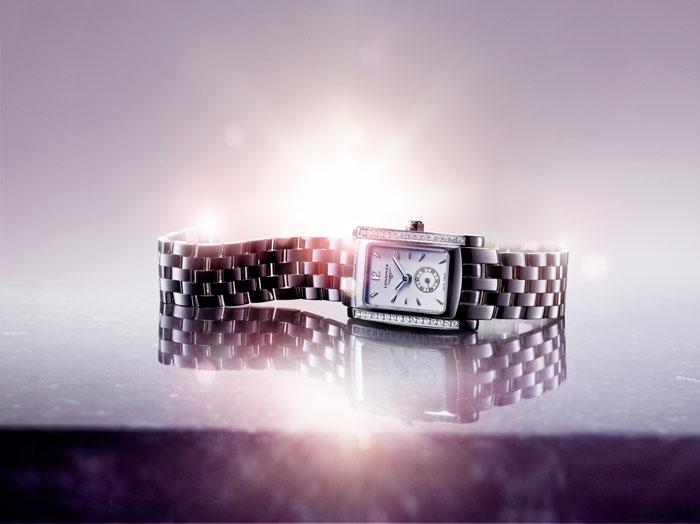 Engastado con 32 diamantes Top Wesselton VVS, horas minutos y pequeño segundero a las 6 horas.