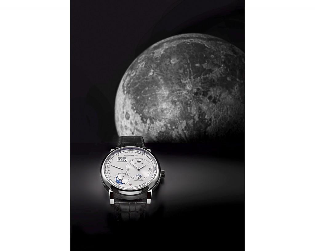 Lange 1 Tourbillon Calendario Perpetuo frente a un globo lunar, Ernst Fischer (Dresden 1875).