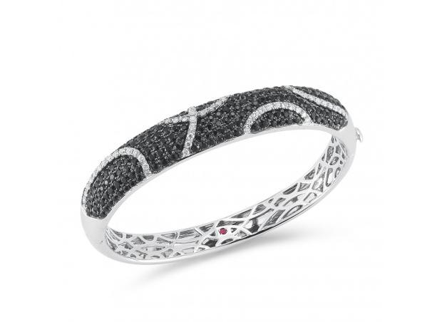 Roberto Coin firma sus joyas mediante el establecimiento de un pequeño rubí escondido en el interior de cada pieza.