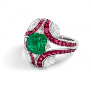 8. ANILLO DE ESMERALDA CUSHION CON RUBIES Y DIAMANTES