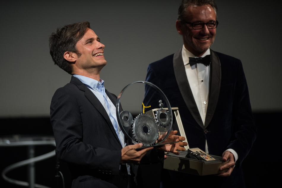gael-garcia-bernal-receives-the-jaeger-lecoultre-latin-cinema-award-from-laurent-vinay
