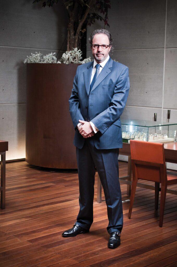 Luis-Peyrelongue, dentro de su joyería Peyrelongue Chronos  de  Presidente Masaryk
