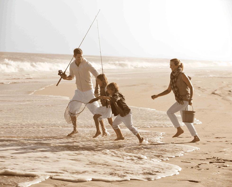 La tarde es soleada y cálida en East Hampton, Long Island. La contagiosa risa de los niños jugando con sus padres en la arena dorada, se mezcla con el romper de las olas. La relajada convivencia en este mágico lugar a la orilla del mar, hace que el arte de vivir y el lujo de ser formen parte de un universo de elegancia informal.