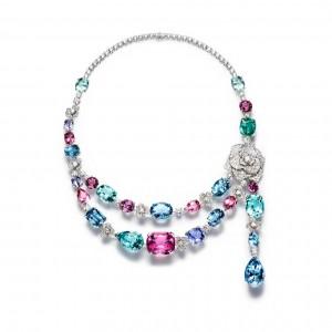 La colección Limelight Garden Party desata un fulgurante baile de diamantes, turmalinas, espinelas, berilos, zafiros y aguamarinas enlazadas en un collar de oro blanco de 18 quilates.