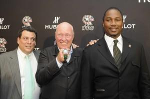 El Lic. Mauricio Sulaimán, Jean Claude Biver y el ex campeón de peso pesado Lennox Lewis, junto a la edición limitada de Hublot.