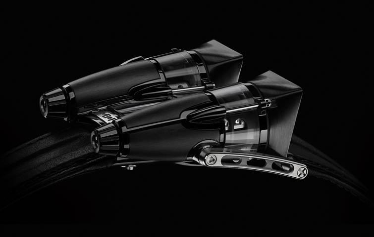 La edición final HM4 cuenta con paneles angulares, superficies oscuras y titanio de alta tecnología. Su tratamiento PVD negro proporciona al titanio un manto de sombras de ocultación sin bloquear la luz y juega con tonalidades mate contrastando con superficies pulidas. En el interior -visible a través de las secciones de cristal de zafiro múltiples- late el potente motor HM4 compuesto por 311 piezas.