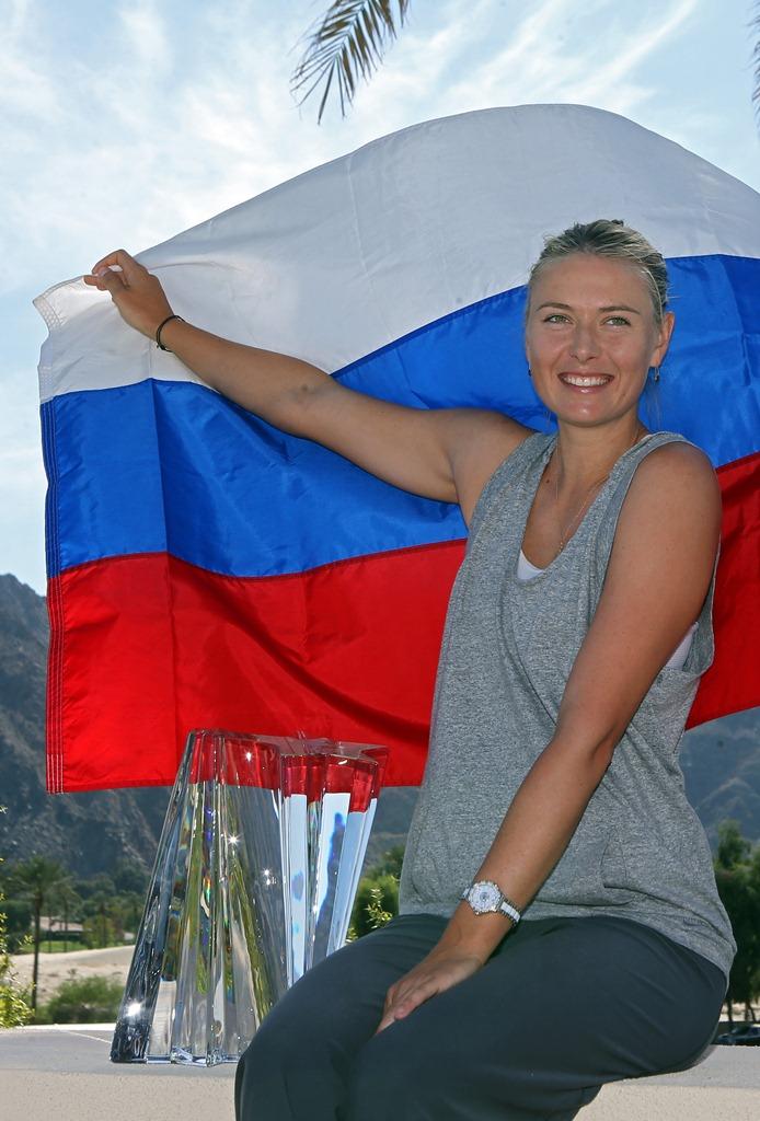 """María Yúrievna Sharápova Lugar y año de nacimiento: Nyagan Siberia, Rusia, 1987 Profesión: tenista y modelo profesional    Trayectoria deportiva: Wimbledon 2004: gana su primer título de Grand Slam convirtiéndose en la tercera jugadora más joven en conseguirlo. En el 2006 se corona en el Abierto de Estados Unidos, en el 2008 gana el Abierto de Australia, considerado uno de los cuatro """"grandes""""; en el 2012 consigue el último título de Grand Slam que le faltaba: Roland Garros.  Títulos de Grand Slam: Wimbledon 2004, Abierto de E.U. 2006, Abierto de Australia 2008, y Roland Garros 2012, resultado con el cual encabeza una vez más el ranking femenino de la WTA (Women´s Tennis Association). Actualmente cuenta con 27 títulos en su carrera.  Reloj favorito: F1 Steel Ceramic Diamonds."""