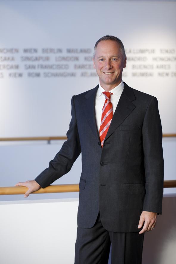 """""""En el mundo de los automóviles clásicos, hemos encontrado nuevos amigos y entusiastas por nuestros relojes, y en virtud del éxito obtenido el año pasado, estamos ansiosos por compartirle -a nuestros futuros invitados- la pasión que siente la manufactura por la tecnología, el estilo y la elegancia"""": Wilhelm Schmid, CEO de A. Lange & Söhne."""