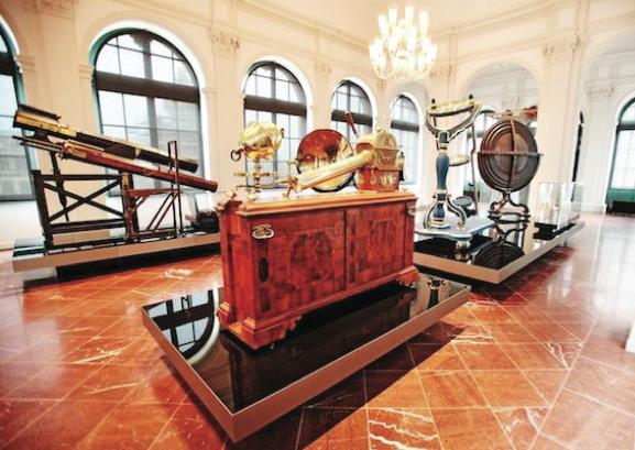 El Salón siempre ha tenido un significado especial para la respetada marca relojera. Aquí, hace casi 180 años, el joven Ferdinand A. Lange descubrió su pasión por la relojería. Su visión –producir los relojes más finos del mundo en Sajonia- había nacido en Dresden.