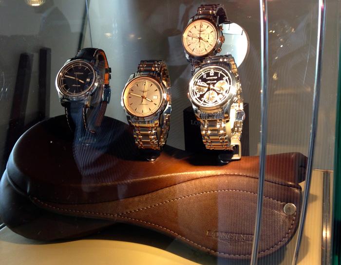 Display de relojes y cronógrafos con un marcado acento hípico.