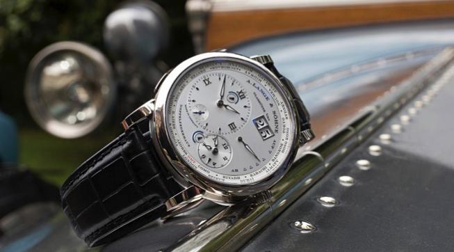 Lange 1 Time Zone sobre el radiador de un Rolls-Royce Silver Ghost de 1913.