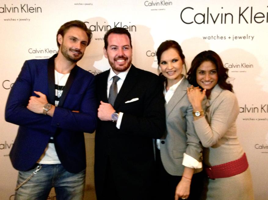 Carlos Solórzano, segundo de izquierda a derecha, posa junto a las celebridades que asistieron al evento.