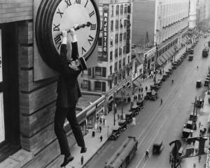 Escena de la pelñicula Safety last (1923( donde Harold Lloyd cuelga de un reloj gigante.